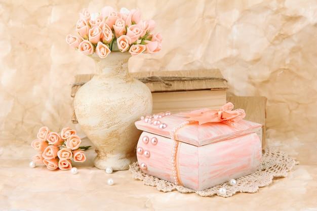 Belle nature morte avec cercueil vintage et fleurs
