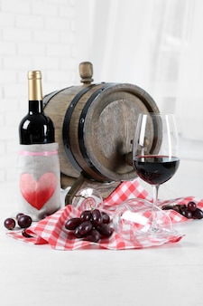 Belle nature morte avec du vin et du raisin sur la table