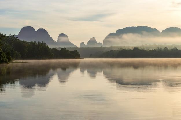 Belle nature et reflet dans les grands marais du matin à ban nong thale, province de krabi, thaïlande