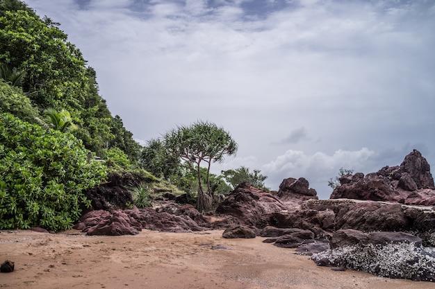 Belle nature de roche rose et de la mer située dans la côte de granit rose à chanthaburi, thaila