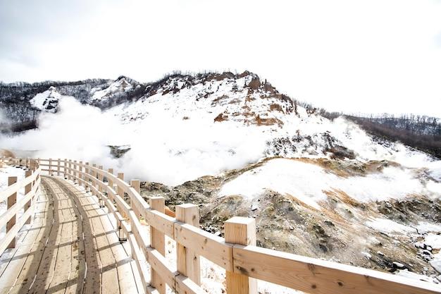 Belle à noboribetsu jigokudani ou hell valley en hiver, hokkaido, japon