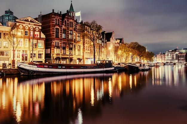 Belle nuit à amsterdam. éclairage des bâtiments