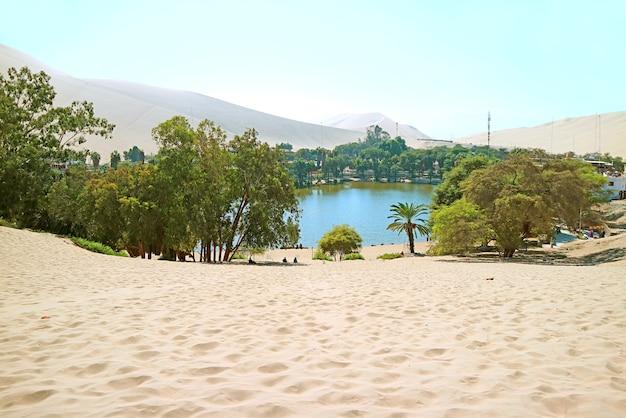 Belle oasis de huacachina entourée de dunes de sable, région d'ica, pérou