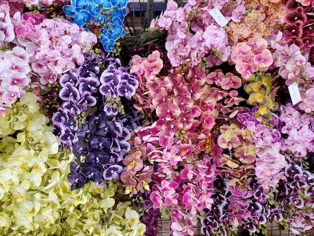 Belle orchidée artificielle multicolore sur le marché aux fleurs