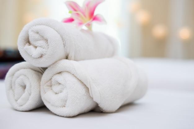 Belle orchidée rose sur une serviette blanche dans un salon spa.
