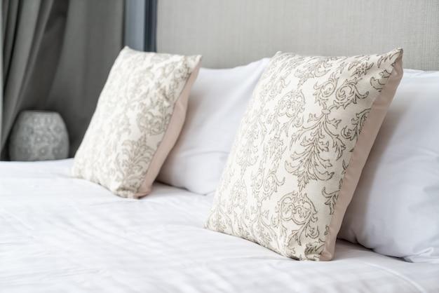 Belle oreiller sur la décoration du lit dans la chambre