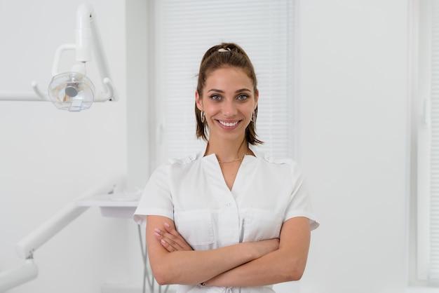 Belle orthodontiste souriant