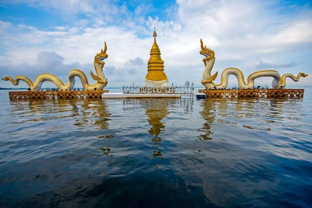 Belle avec la pagode de ciel bleu et la statue du roi de nagaes au lac sacré de phayao phayao thailan