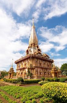 Belle pagode à phuket, thaïlande
