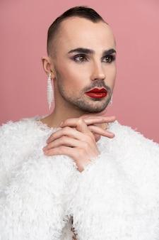 Belle personne queer avec du maquillage