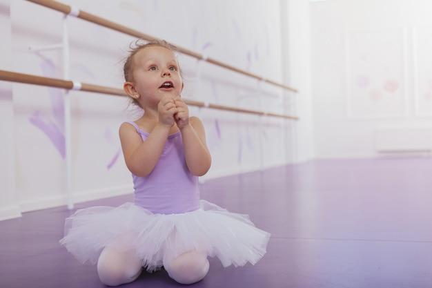 Belle petite ballerine à la recherche de l'espace de copie