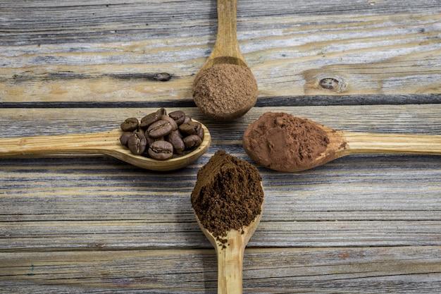 Belle petite cuillère en bois avec café