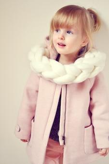 Belle petite écharpe tricotée géante blonde heureuse fille au gingembre avec étoile noël concept nouvel an décor