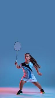 Belle petite femme pratiquant le badminton
