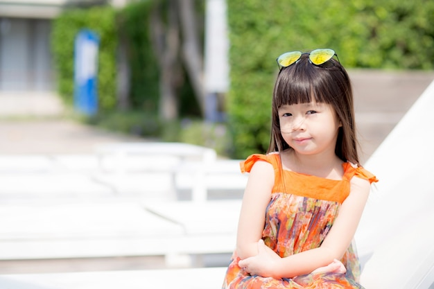 Belle petite fille asiatique d'une séance souriante