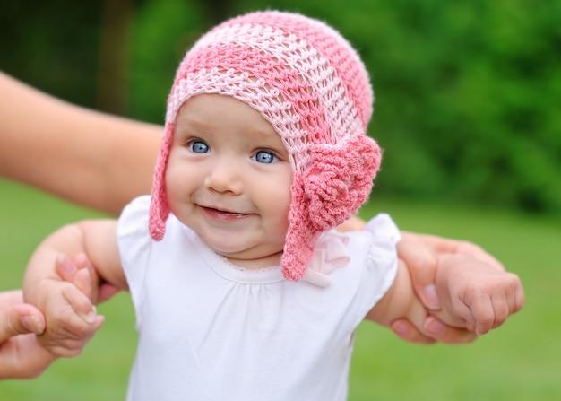 Belle petite fille au chapeau souriant
