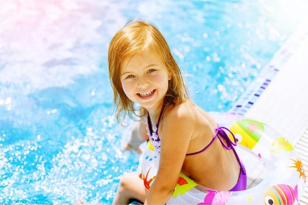 Belle petite fille au soleil à la piscine