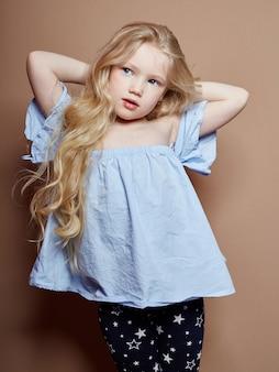Belle petite fille blonde cheveux bouclés, émotions