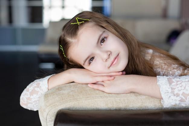 Belle petite fille caucasienne aux cheveux blonds