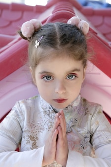 Belle petite fille caucasienne avec une robe asiatique