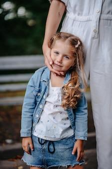 Belle petite fille dans le parc avec sa maman pour une promenade