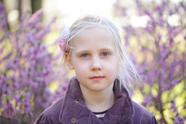 Belle petite fille dans le parc