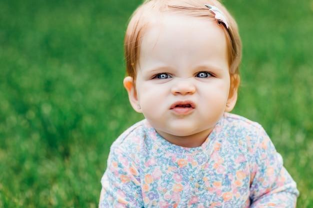 Belle petite fille dans un parc