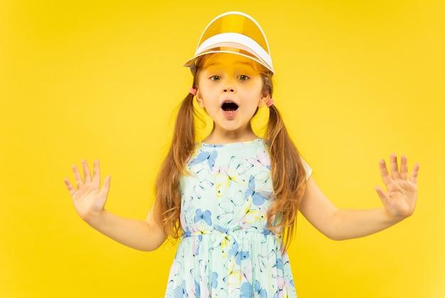 Belle petite fille émotionnelle sur jaune