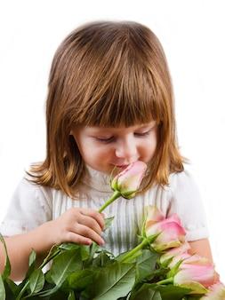 Belle petite fille avec des fleurs roses