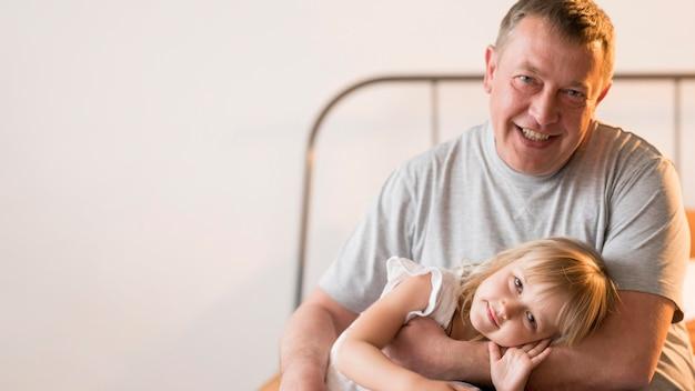 Belle petite-fille et grand-père avec espace copie
