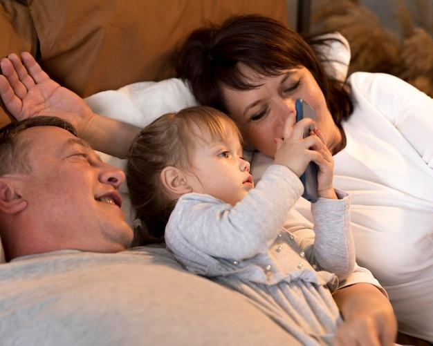 Belle petite-fille et grands-parents