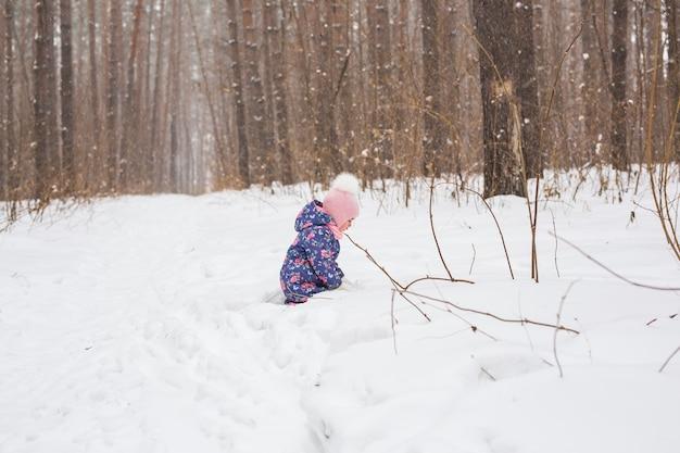 Belle petite fille jouant dans le parc