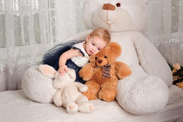 Belle petite fille avec jouet souriant