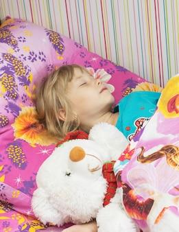 Belle petite fille avec un ours polaire de jouet.