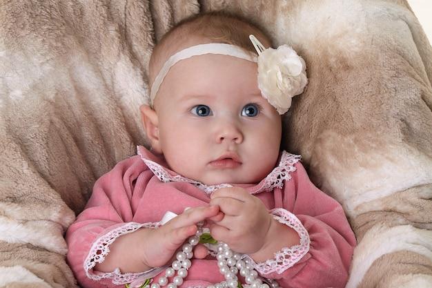 Belle petite fille pensive