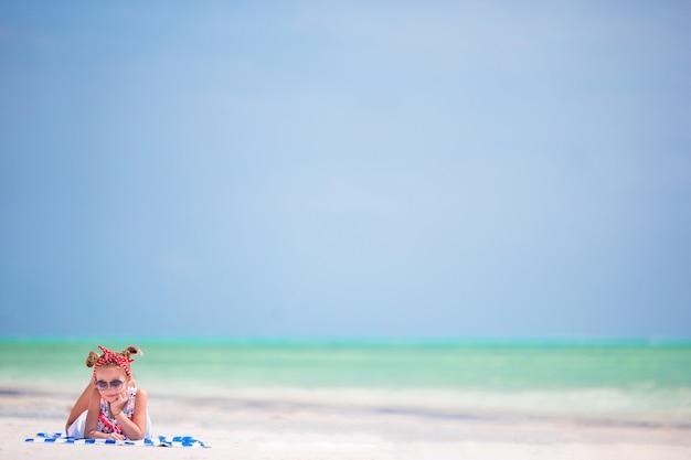 Belle petite fille en robe à la plage.