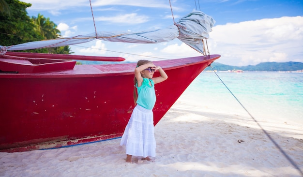 Belle petite fille s'amuser sur une plage exotique