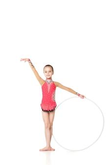 Belle petite gymnaste avec le cerceau isolé sur fond blanc