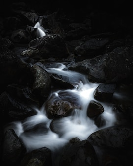 Belle petite rivière qui traverse des rochers dans une forêt