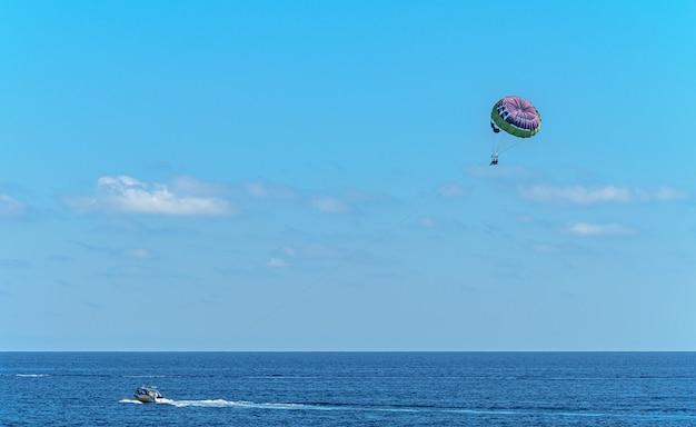 Belle photo de l'activité parasailing sur la plage