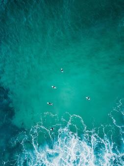 Belle photo aérienne des vagues de l'océan juste d'en haut en vue plongeante - fond d'écran parfait