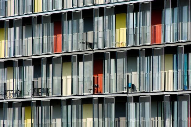 Belle photo d'un appartement avec des portes de couleurs différentes pendant la journée