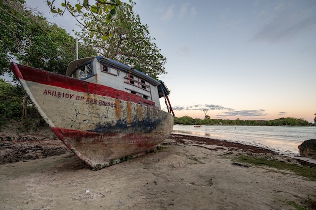 Belle photo d'un bateau abandonné laissé sur la côte
