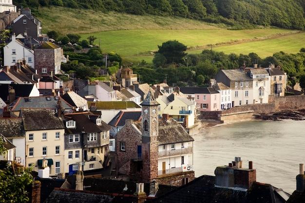 Belle photo des bâtiments kingsand cawsand près de la mer à cornwall, uk
