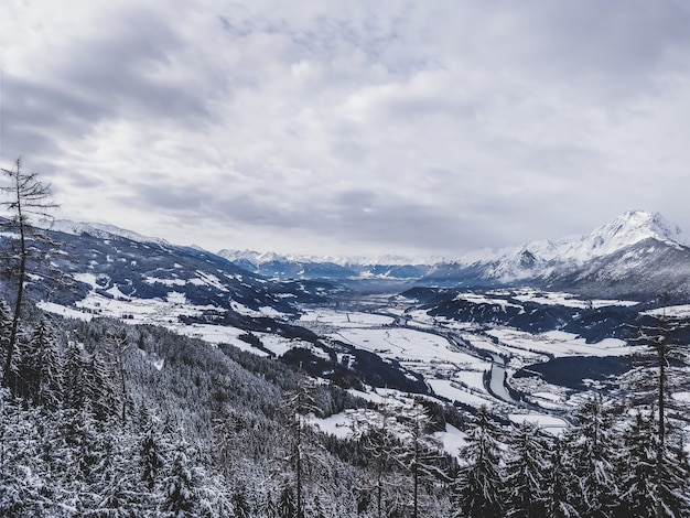 Belle photo d'une chaîne de montagnes dans une journée froide et neigeuse aux usa
