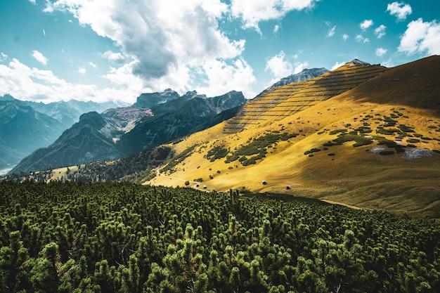 Belle photo d'une colline jaune et ciel nuageux