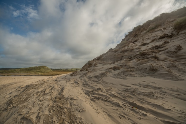 Belle photo de la côte bizarre de la mer du nord par temps nuageux