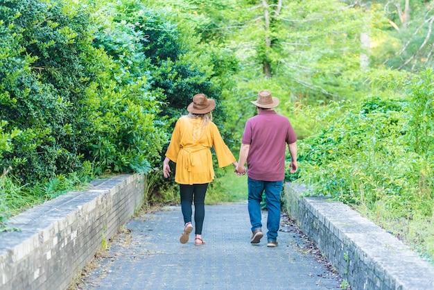 Belle photo d'un couple marchant dans le parc