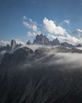 Belle photo du parc naturel des trois pics partiellement couverts de nuages à toblach, italie