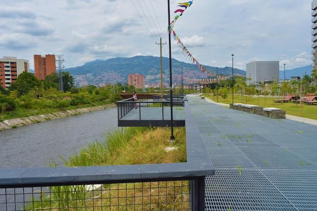 Belle photo du parc de la rivière medellín, colombie